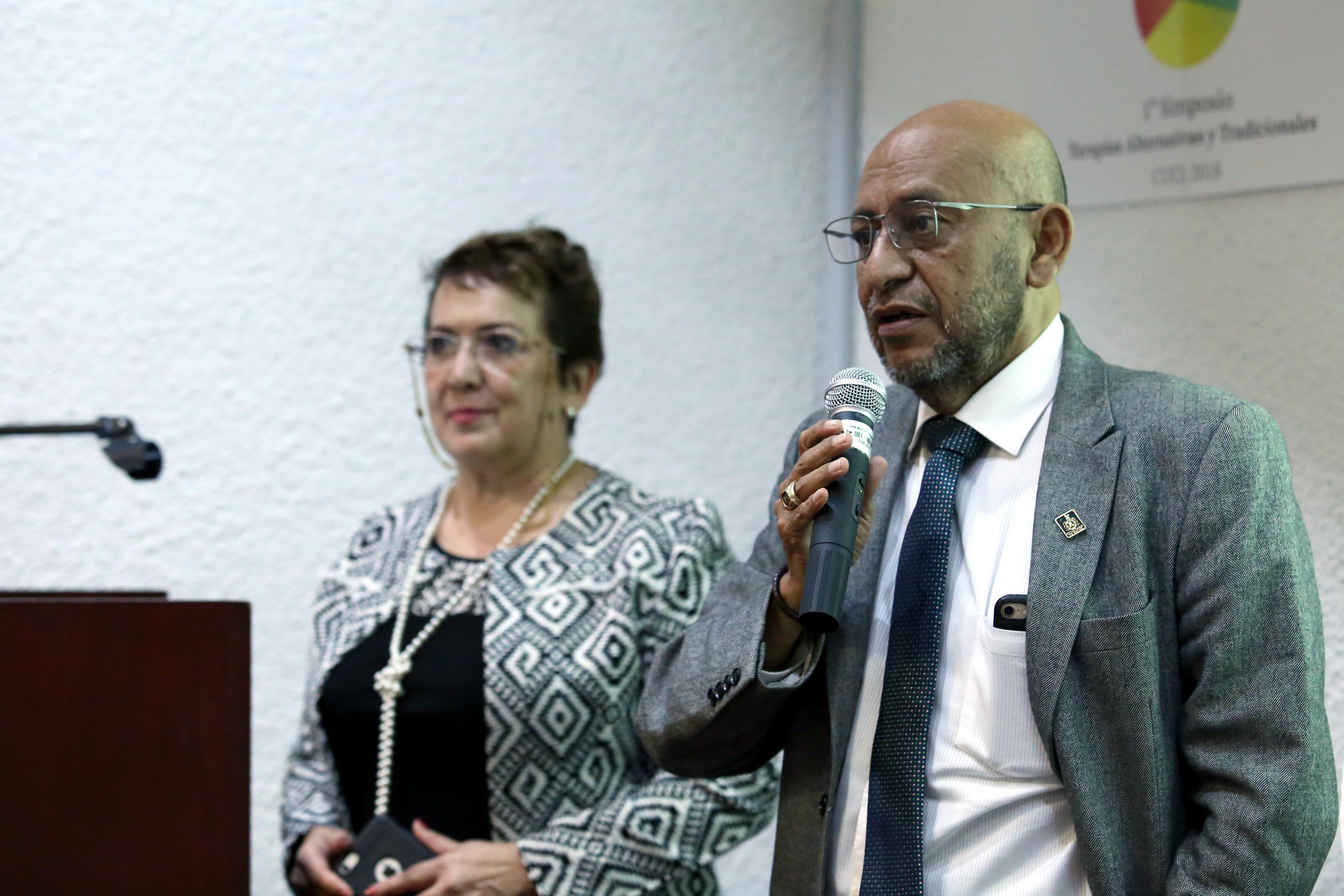 Organizadora y funcionario de la Secretaría de Salud en inauguración del Simposio