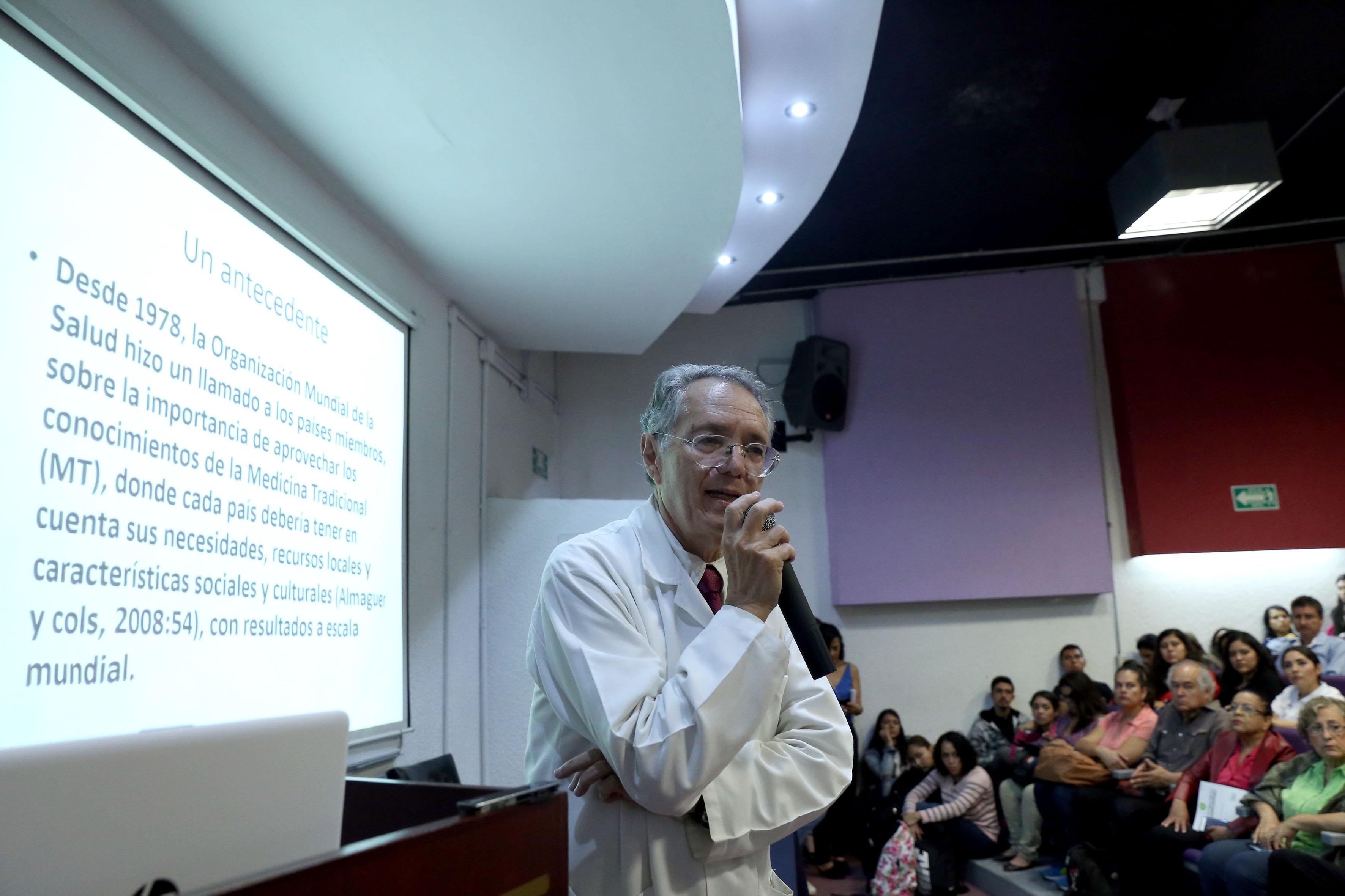 Dr. Javier García de Alba impartiendo conferencia