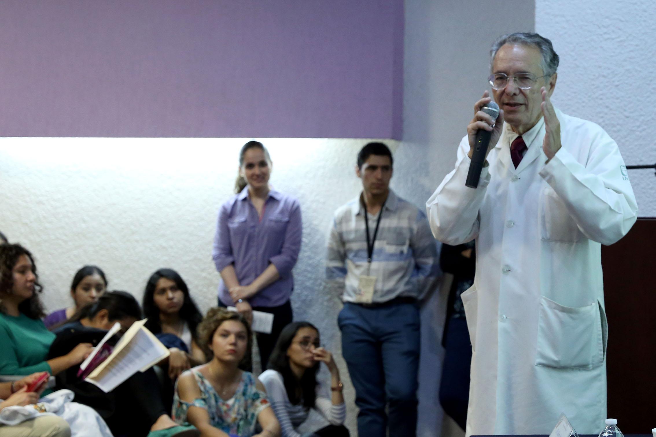 Dr. Javier García de Alba dando conferencia