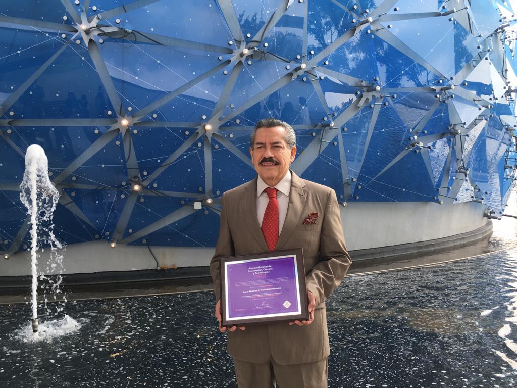 Dr. Juan Armendáriz Borunda exhibiendo su reconocimiento