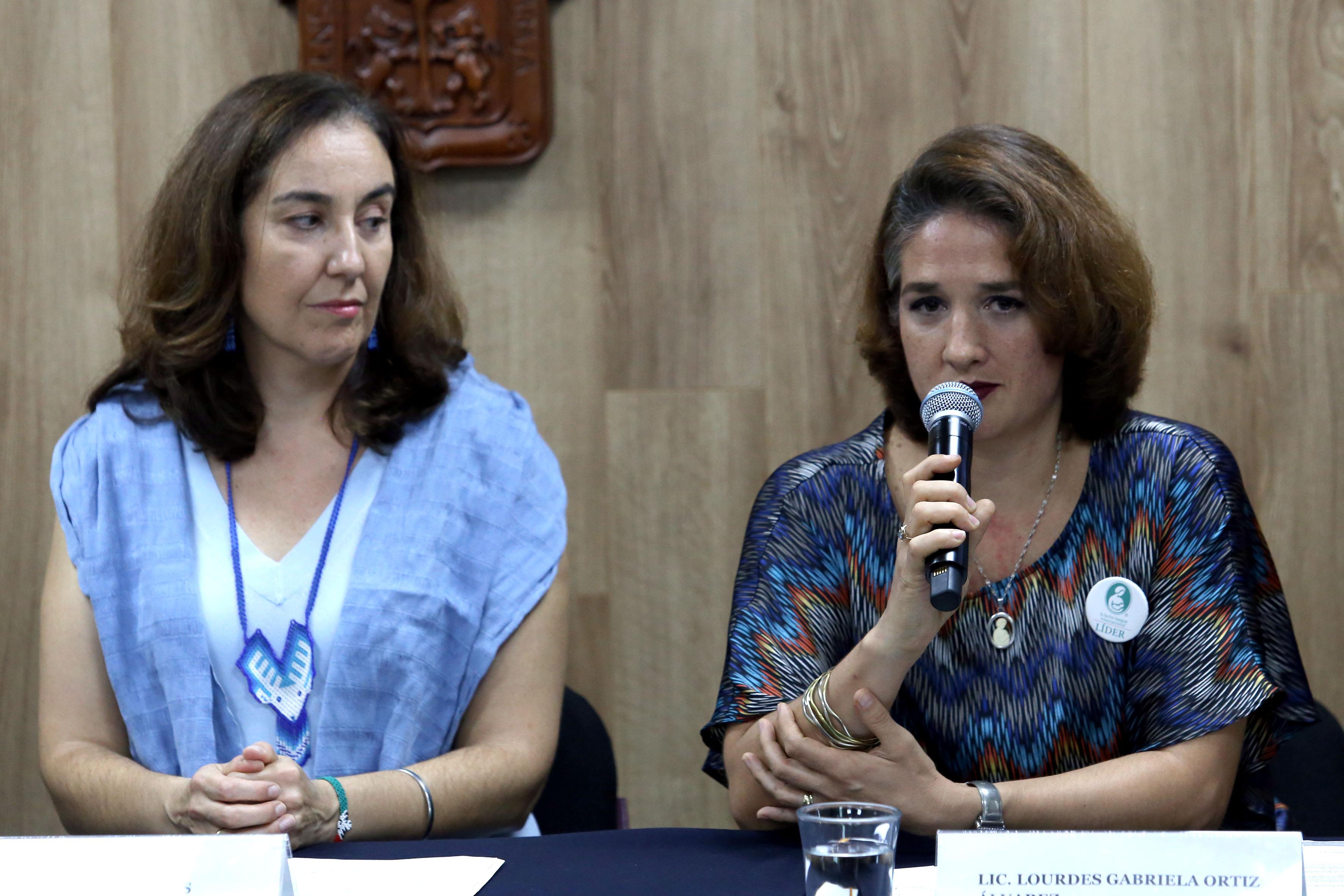 Lourdes Ortiz haciendo uso de la voz en rueda de prensa