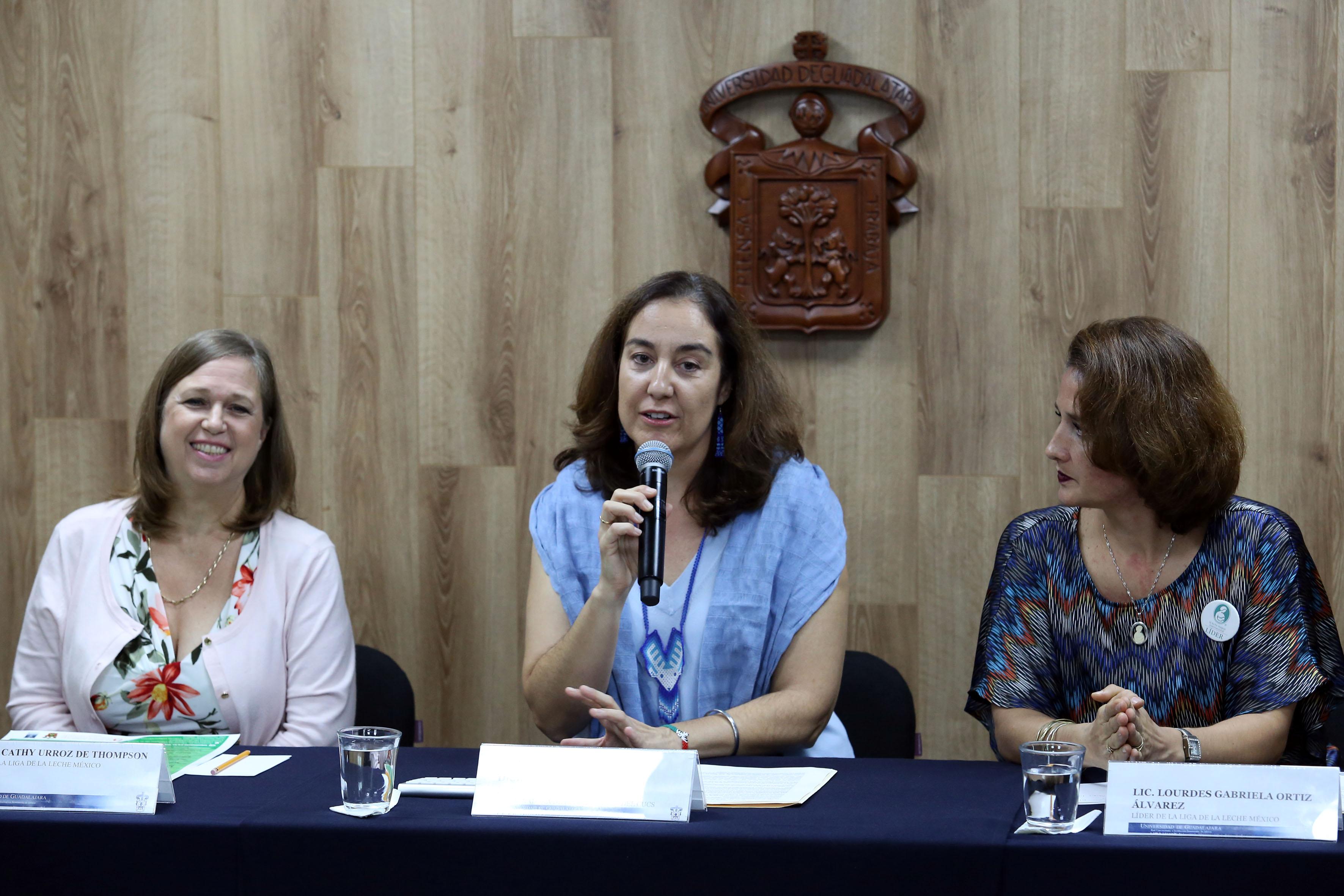 Dra. Barbara Vizmanos haciendo uso de la voz en rueda de prensa