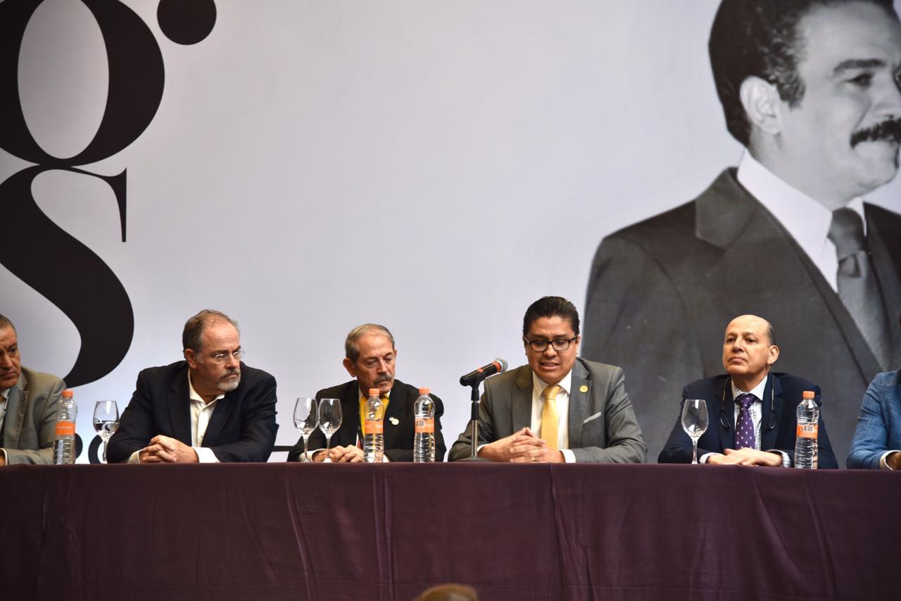 Rector del CUCS ofreciendo mensaje de bienvenida, foto entre los miembros del presídium