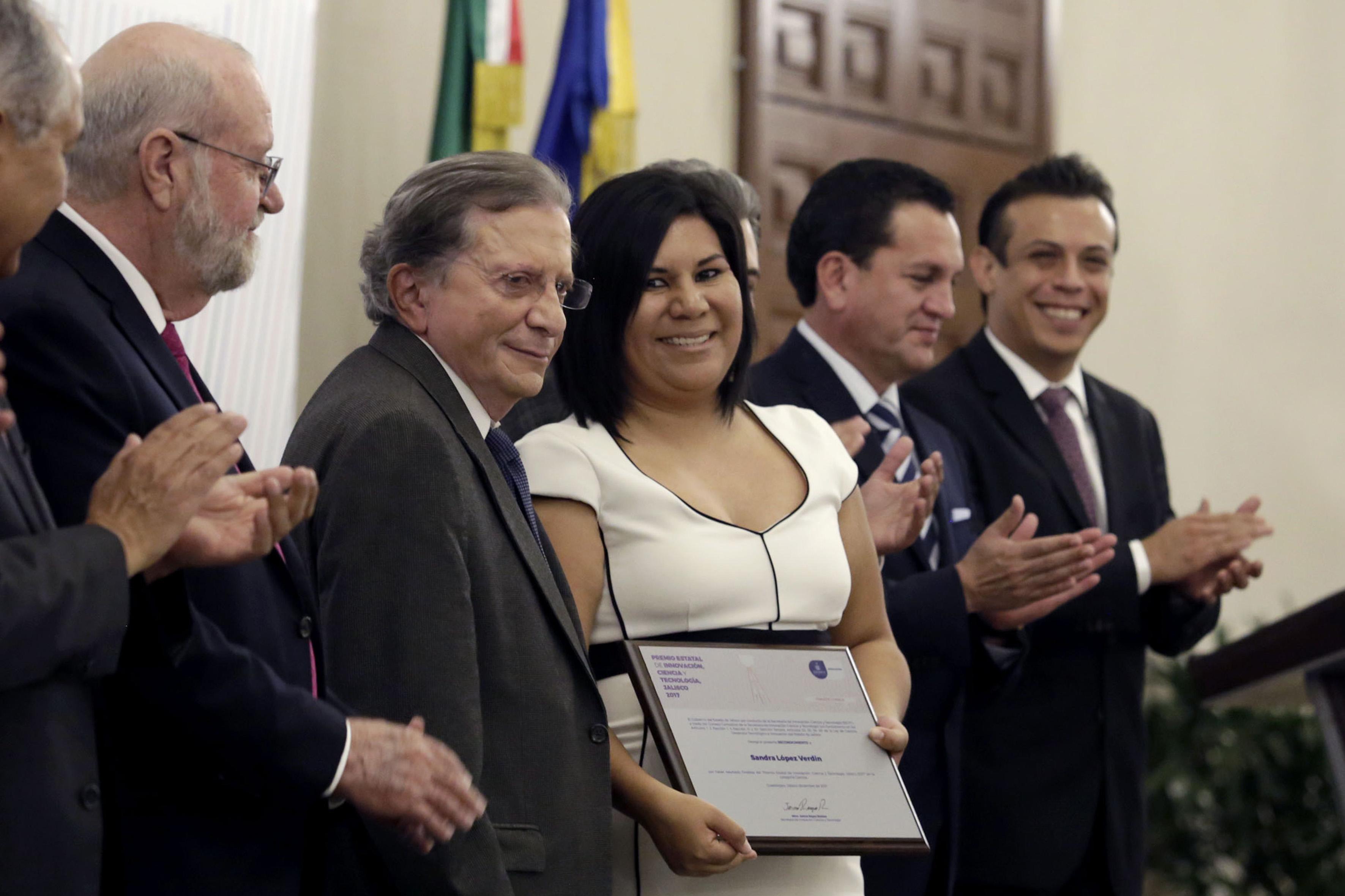 Dra. Sandra López Verdín mostrando su reconocimiento con el secretario de Innovación, Ciencia y Tecnología