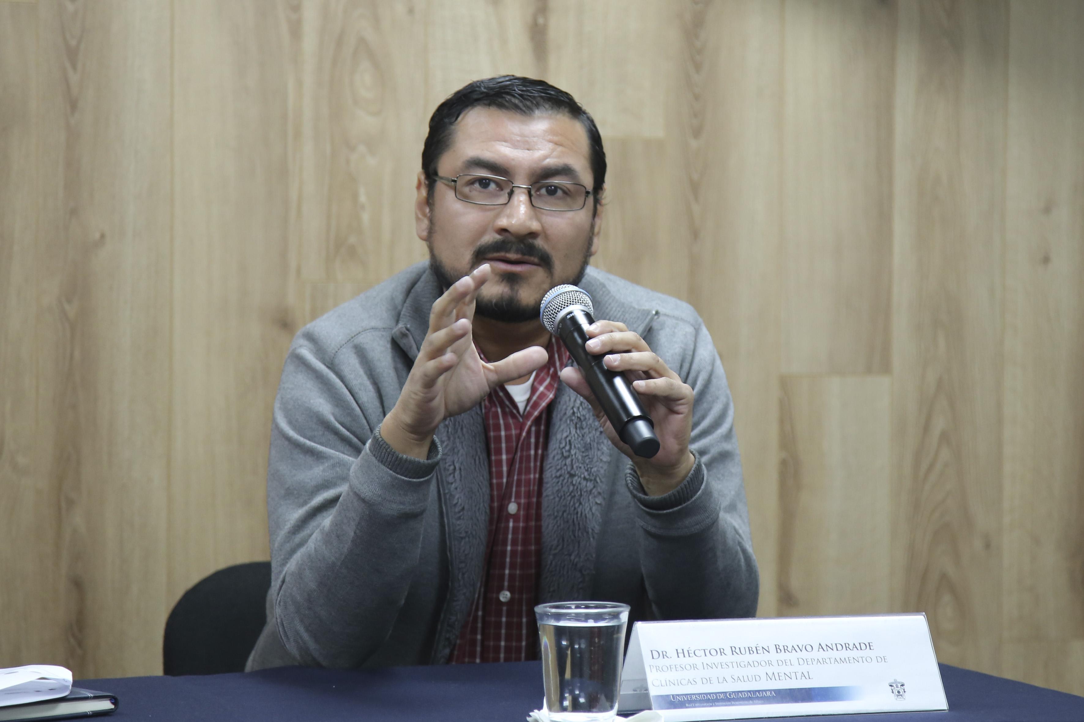 Héctor Rubén Bravo Andrade exponiendo en rueda de prensa
