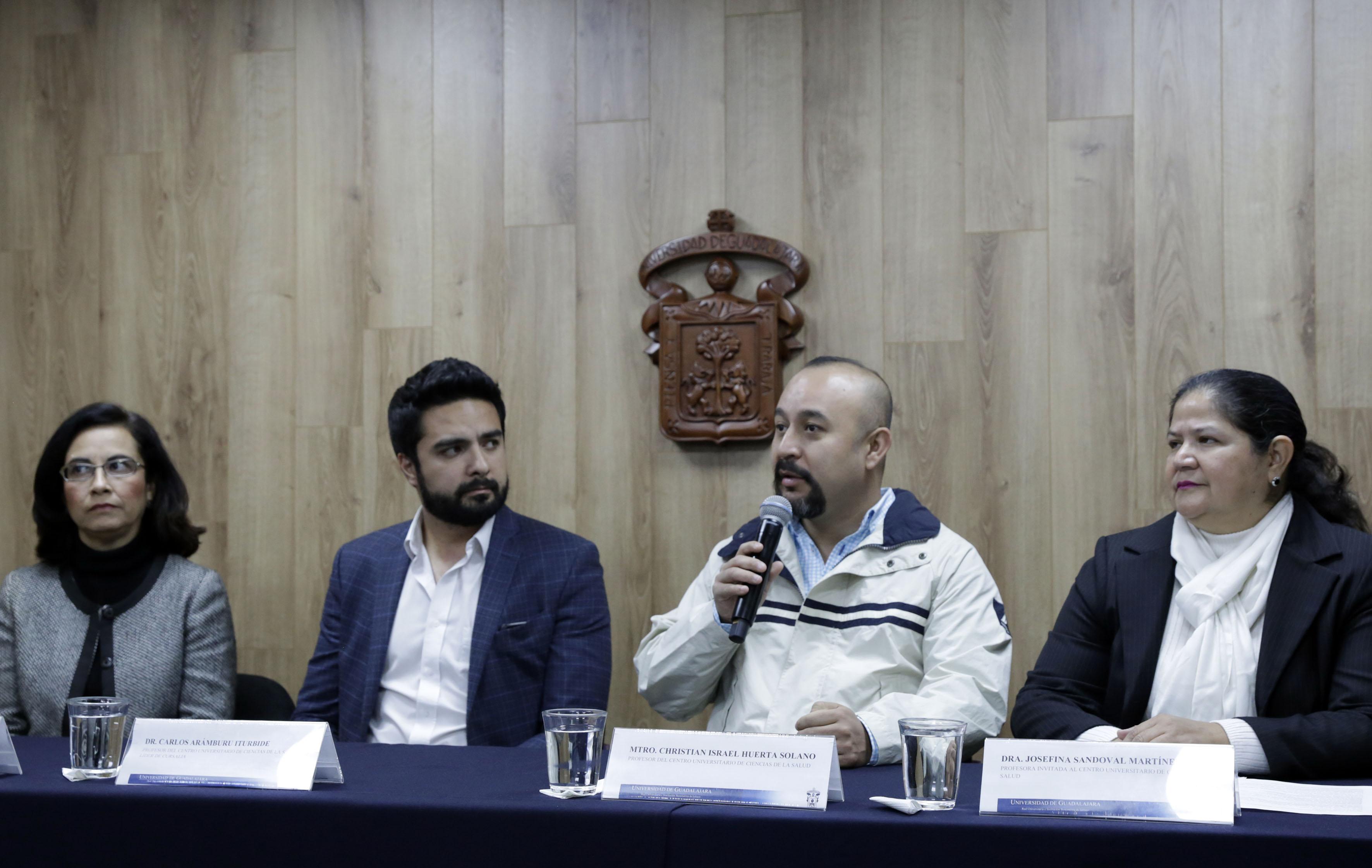 Mtro. Israel Huerta al micrófono en rueda de prensa