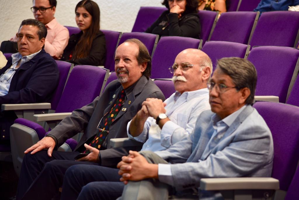 Ponentes extranjeros sentados en primera fila
