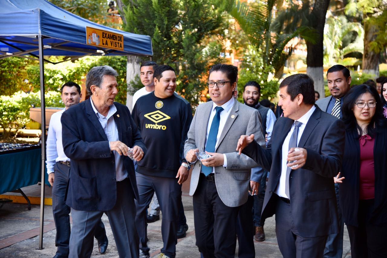 Comitiva de funcionarios realizando un recorrido por la Prepa 11