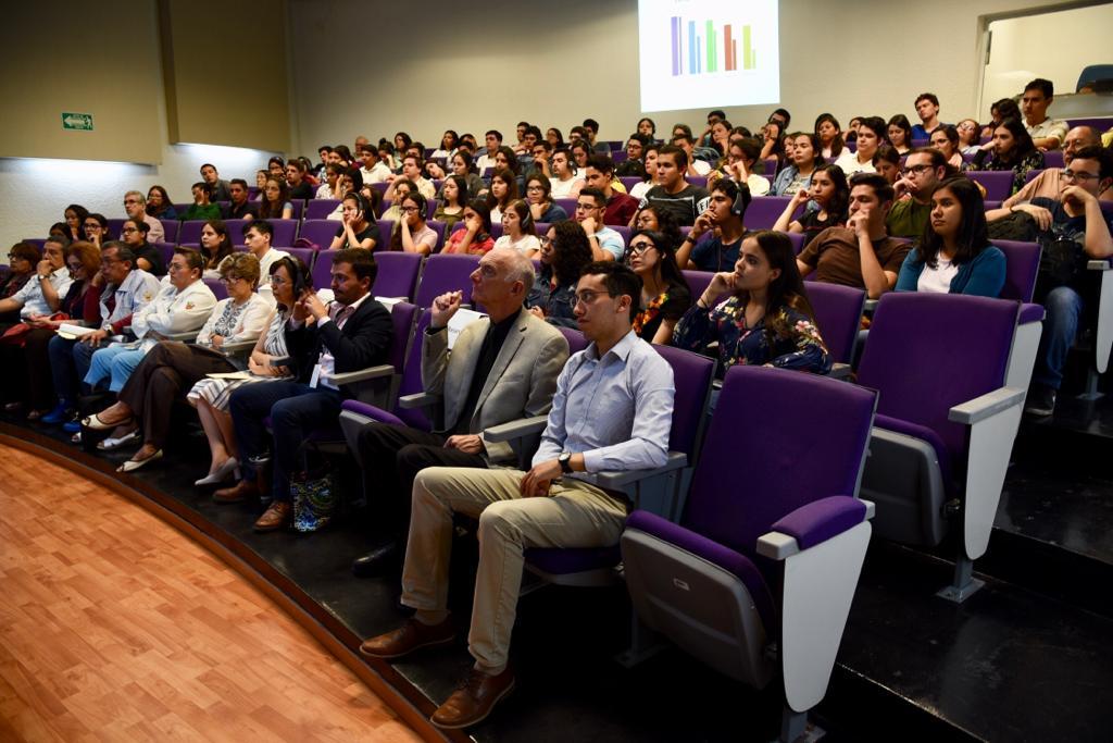 Toma general del auditorio con asistentes a la conferencia