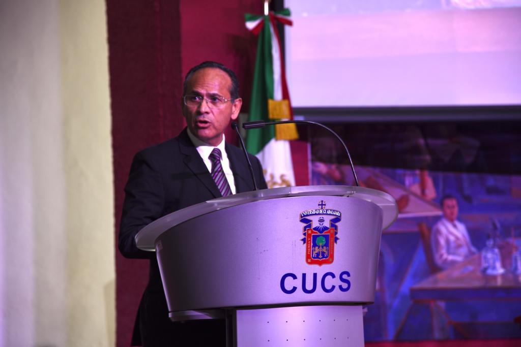 Director División Disciplinas Clínicas dirigiendo un mensaje desde el pódium