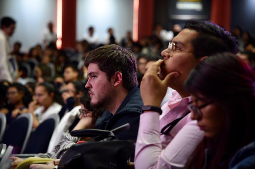 Alumnos y egresados escuchando atentos el mensaje del rector