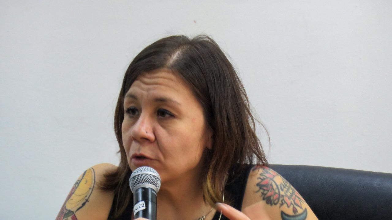 Psicoterapeuta de género impartiendo conferencia