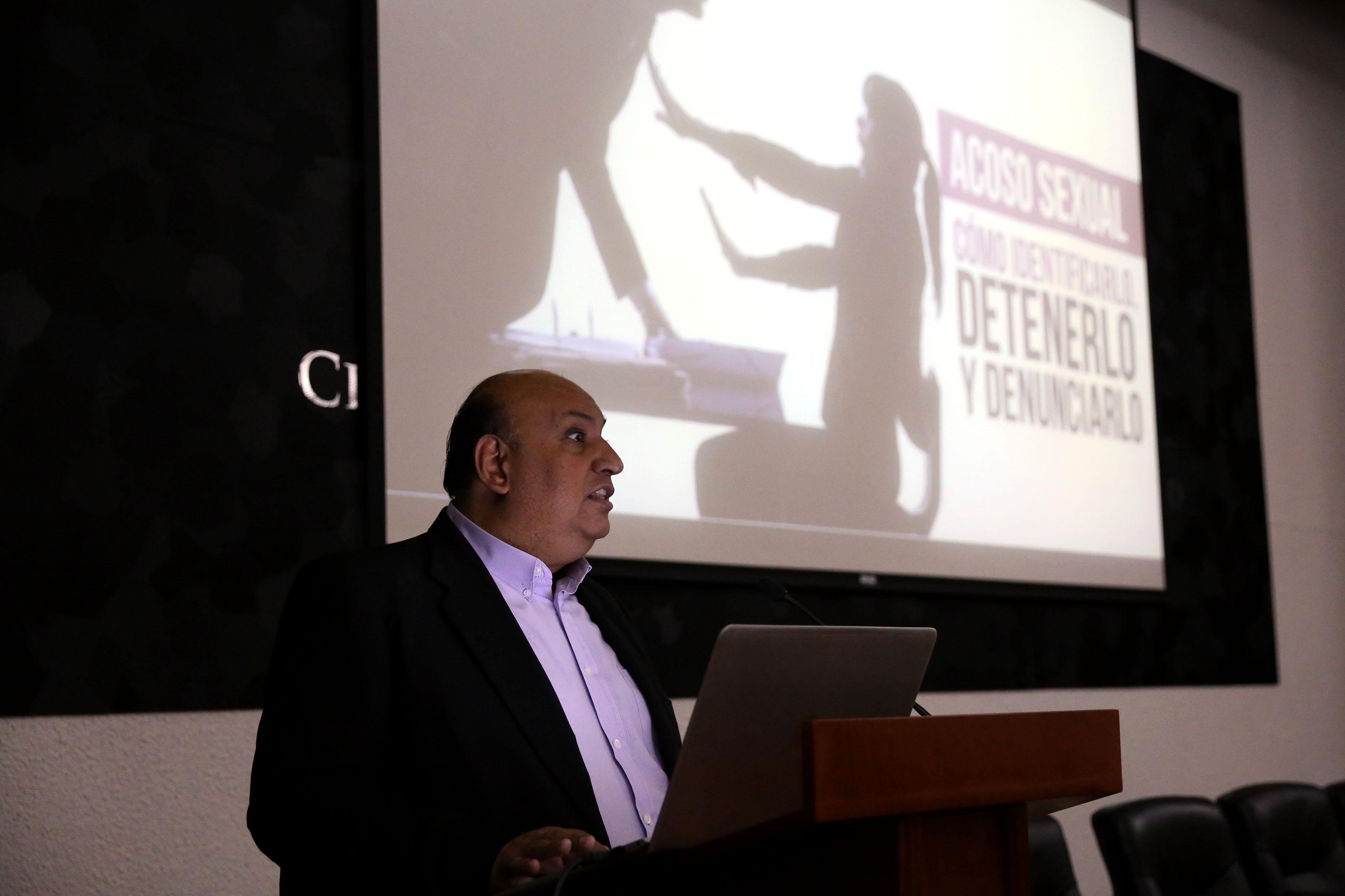 Mtro. Francisco Gutérrez impartiendo conferencia