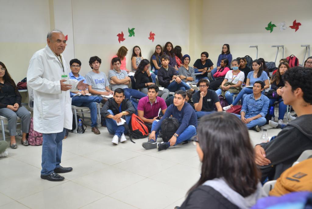 Dr. Alberto Reyes y grupo de estudiantes sentados