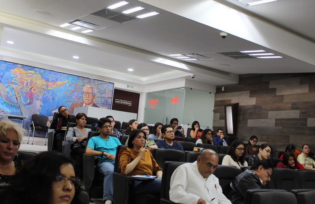 Toma general del auditorio con asistentes presentes
