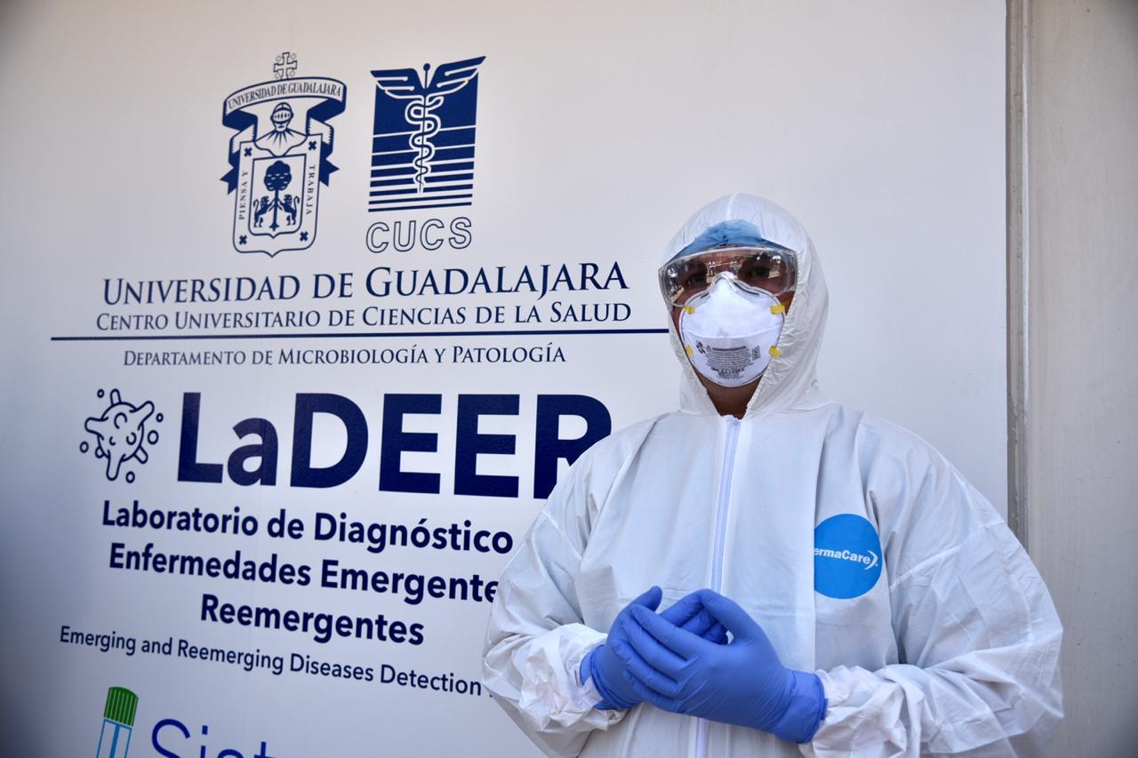 Tomador de muestras vestido con equipo de protección afuera del LaDEER