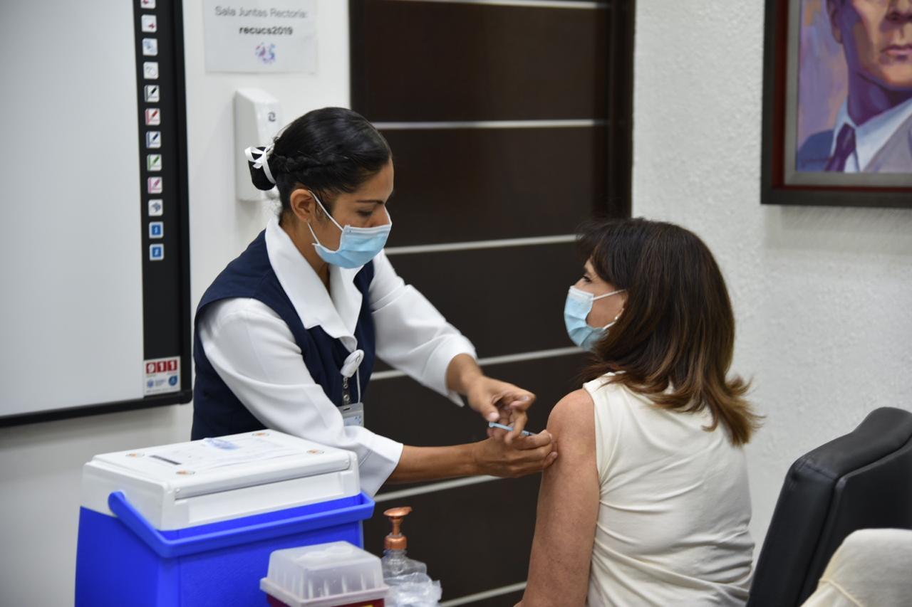 Enfermera aplicando vacuna a Secretaria Administrativa del CUCS