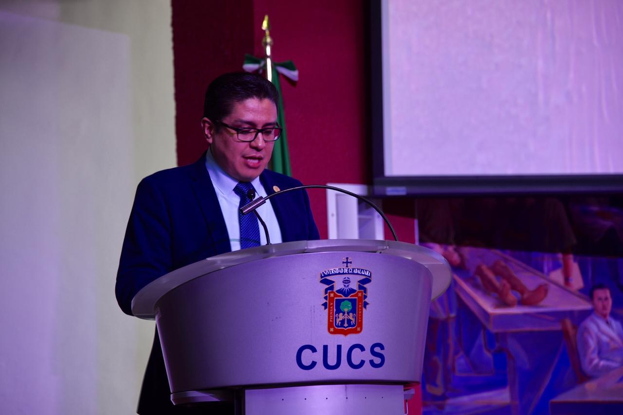 Rector del CUCS haciendo uso de la voz en el acto inaugural