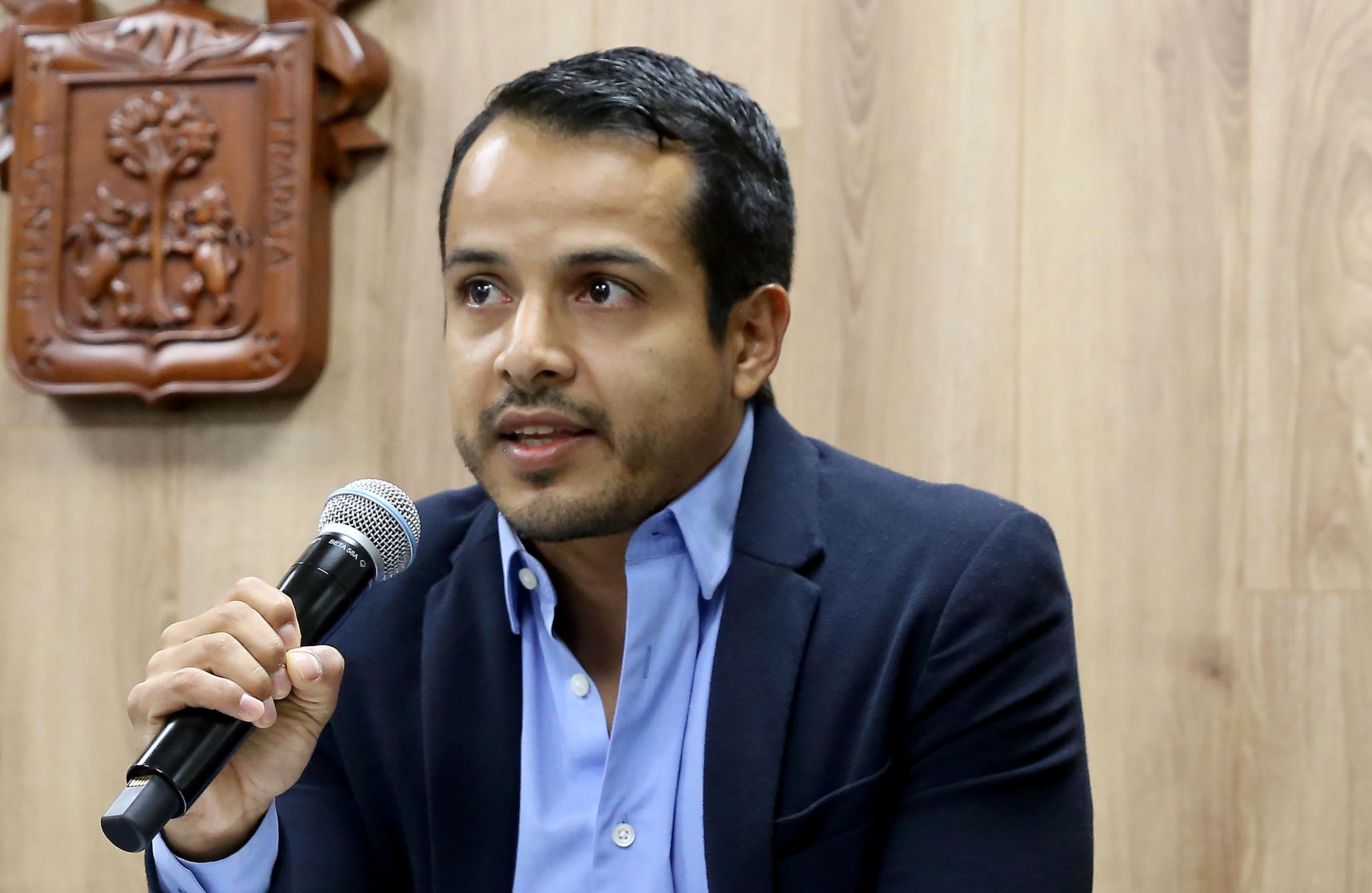 Dr. Gustavo Adolfo Rosales Chávez al micrófono