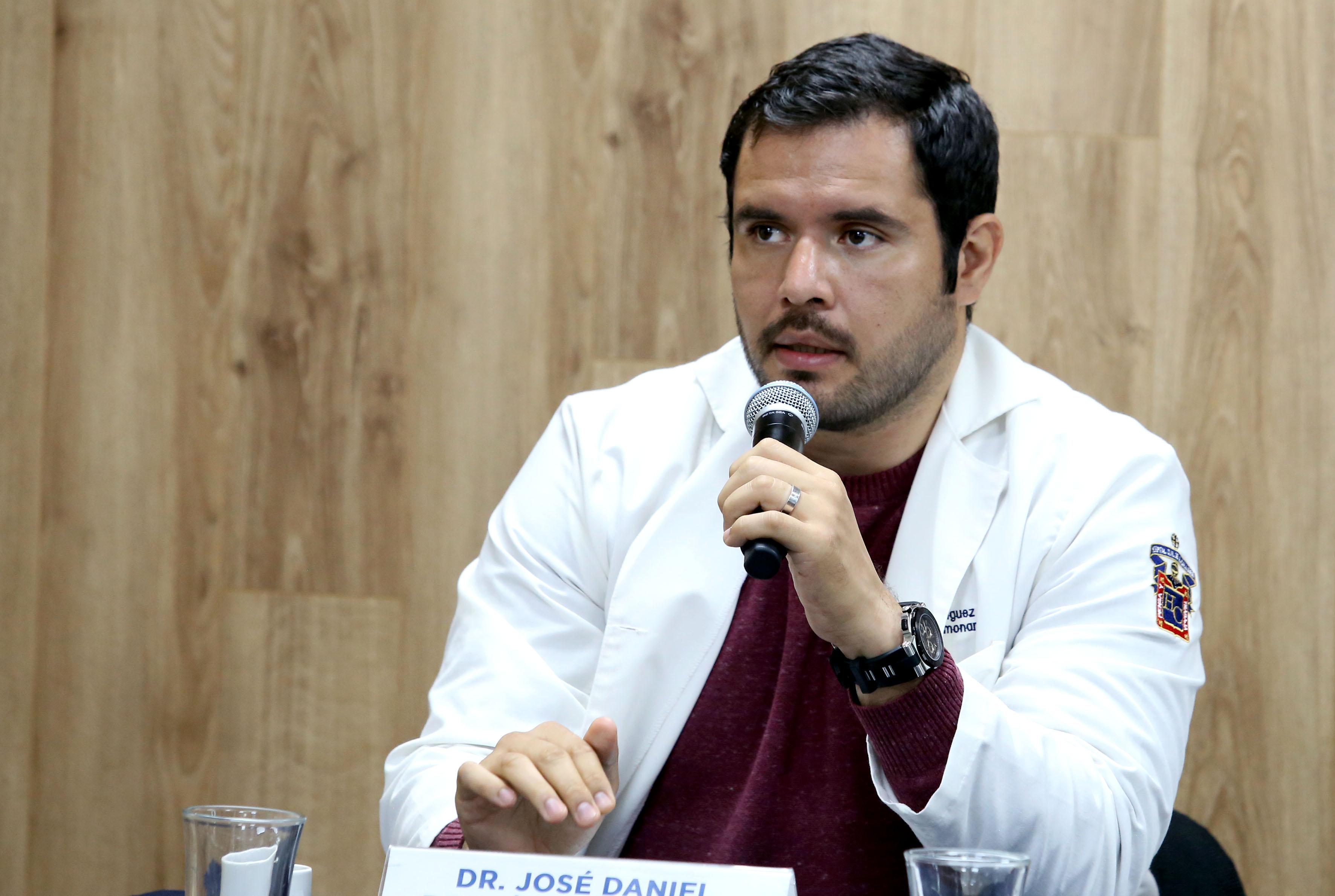 Dr. Daniel Rodríguez Jiménez al micrófono