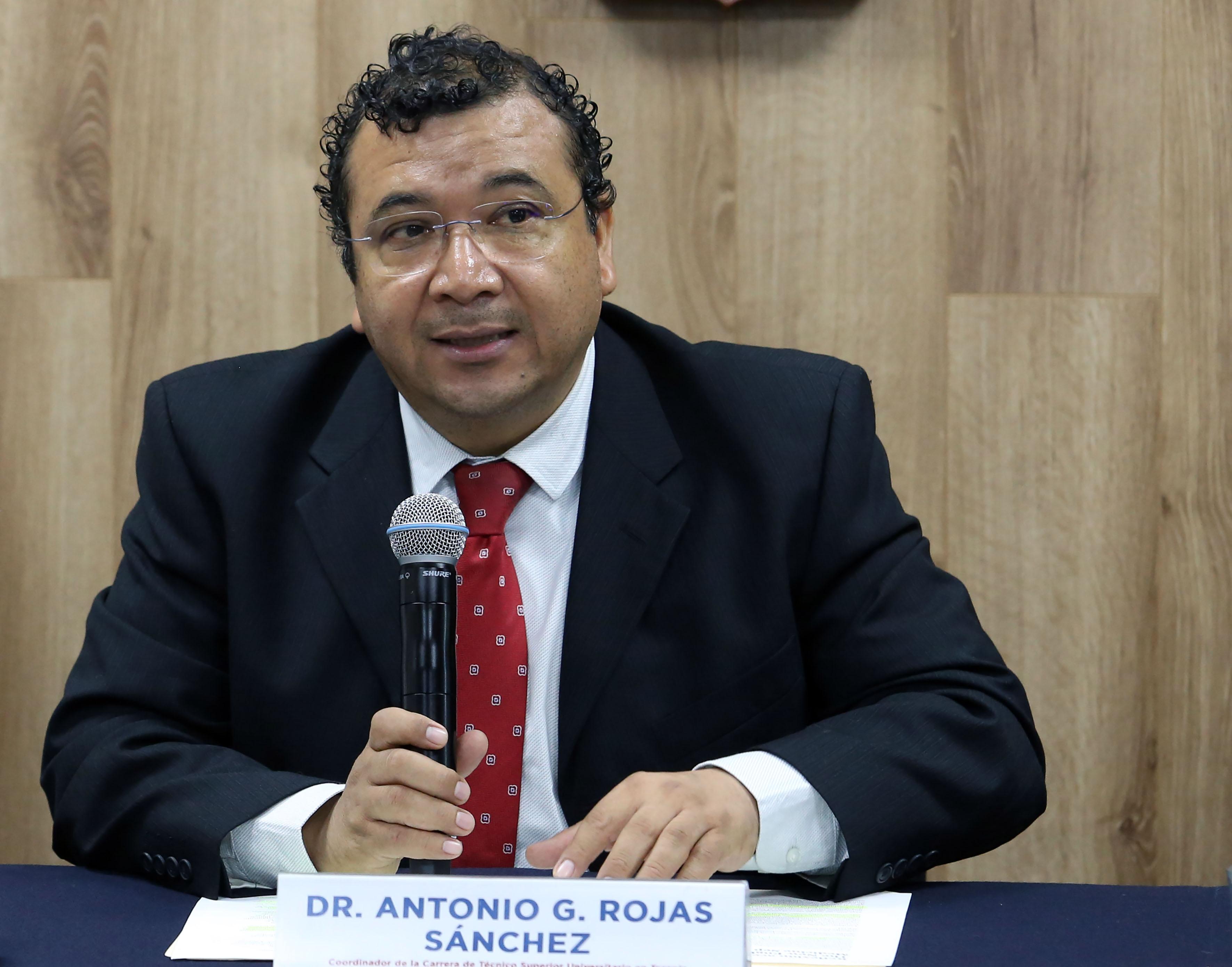 Dr. Gerardo Rojas al micrófono