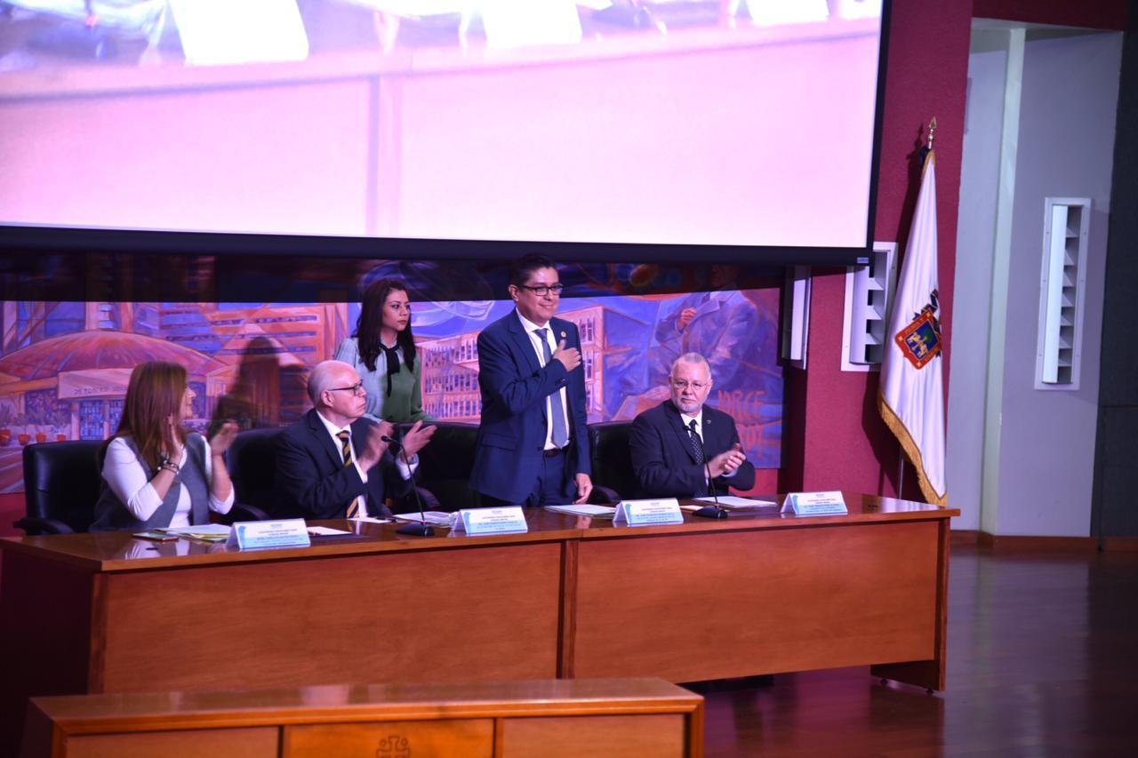 Rector del CUCS agradeciendo al auditorio al ser presentado, desde el presídium