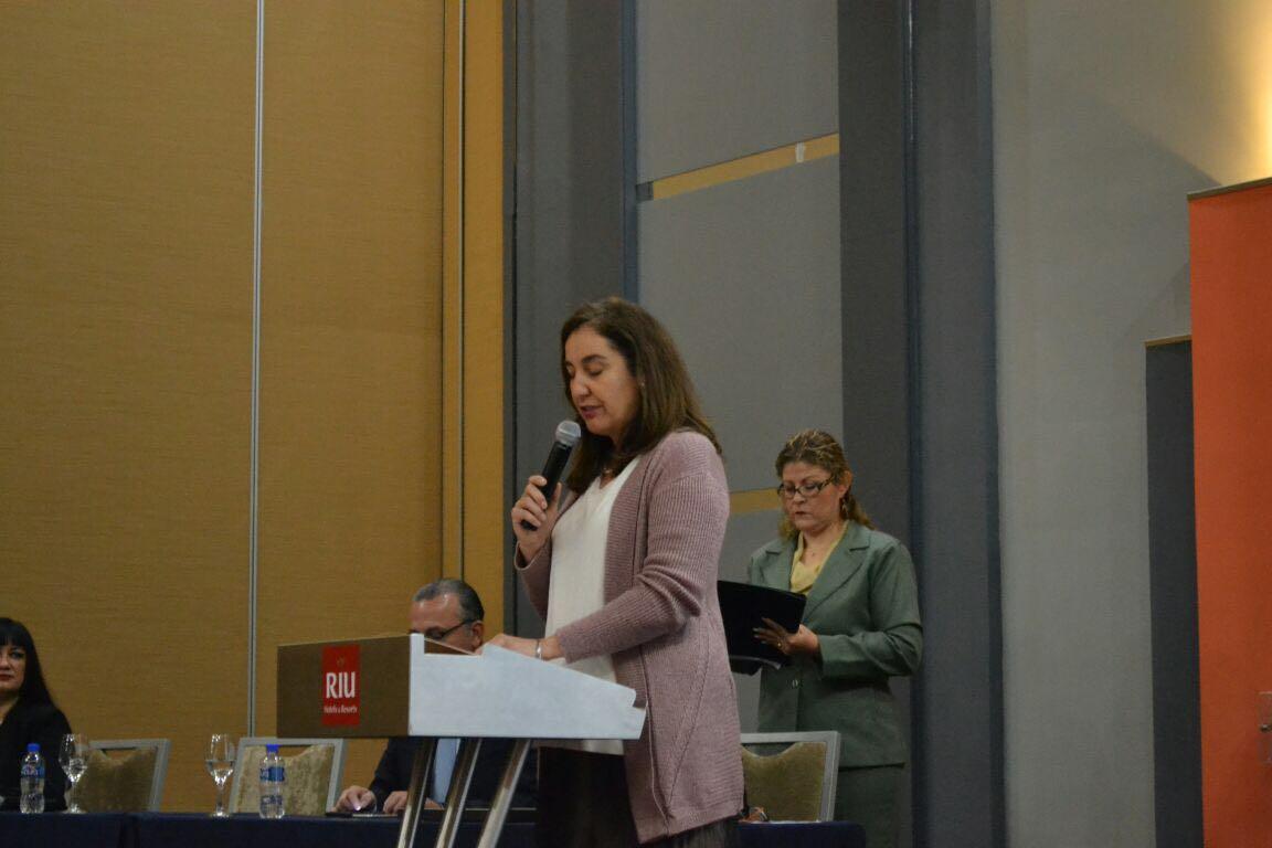 Dra. Bárbara Vismanos ofreciendo su discurso, en representación del Rector del CUCS, Dr. Jaime Andrade