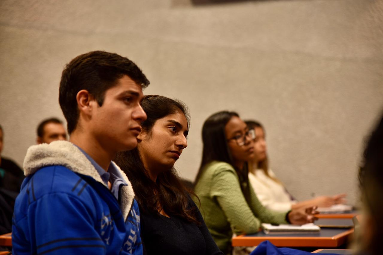 Alumnos atentos a la conferencia de la ponente