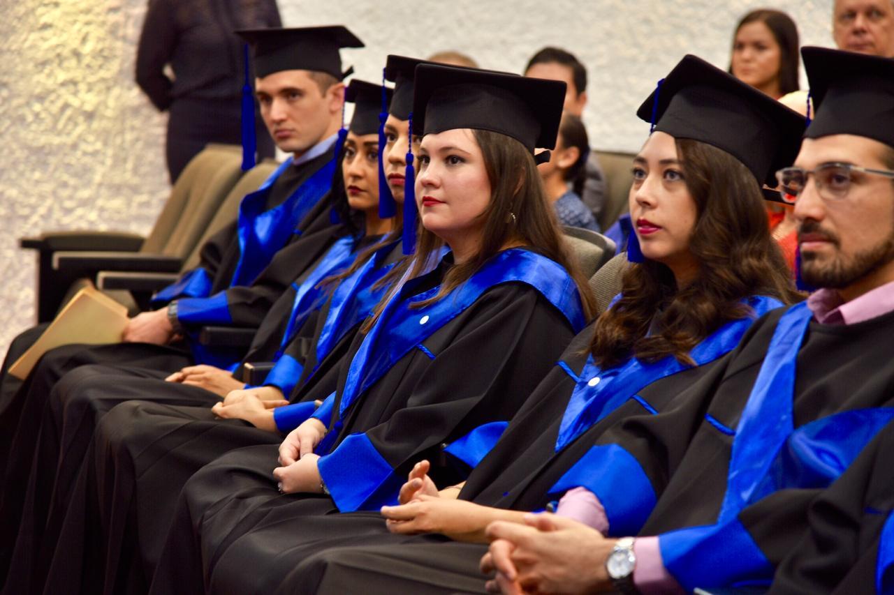 Generación de periodoncistas en primera fila durante acto académico