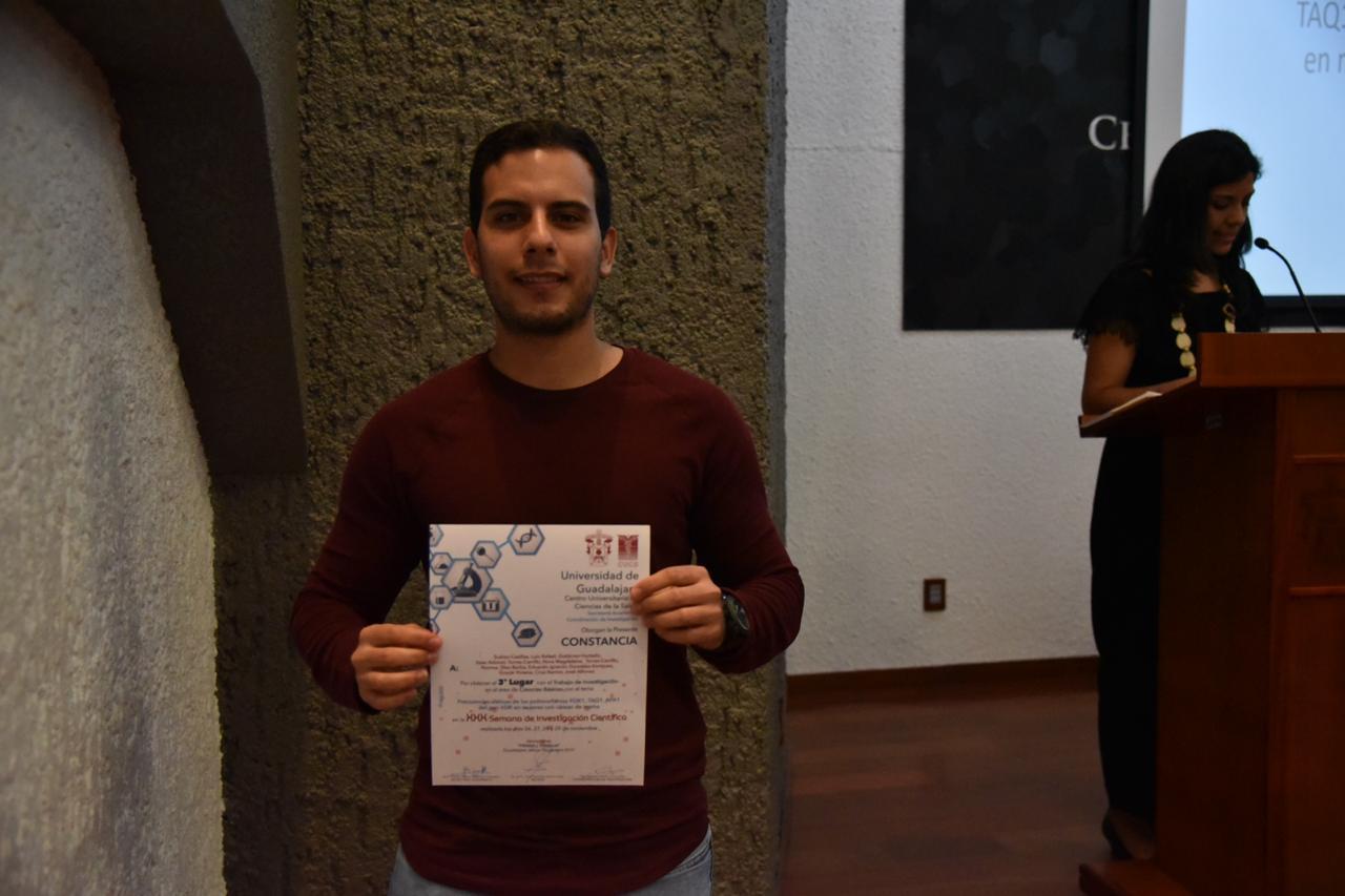 Alumno ganador exhibiendo su reconocimiento