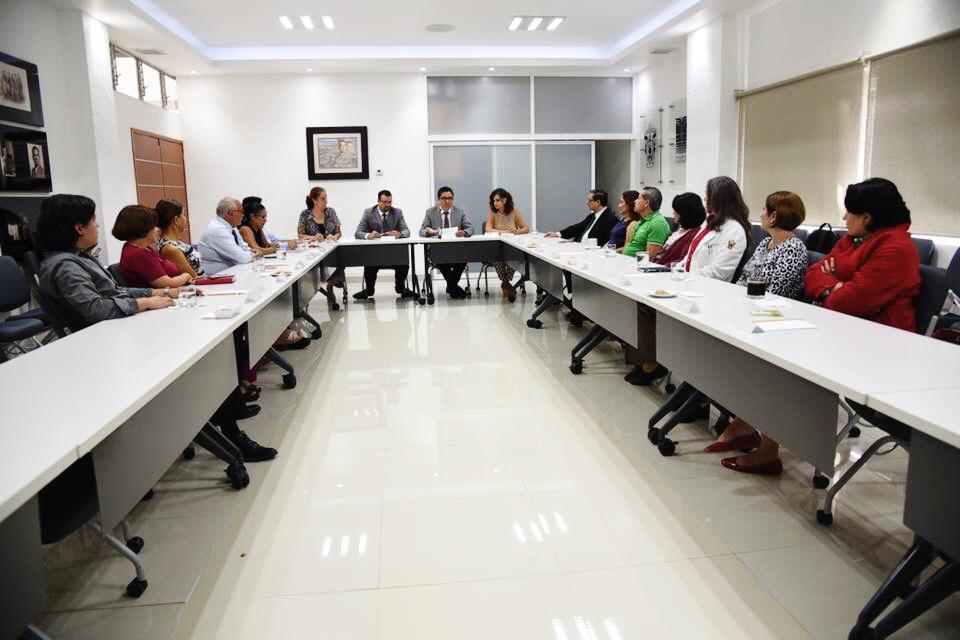Toma general de asistentes a la reunión en la Sala de Usos Múltiples de Rectoría