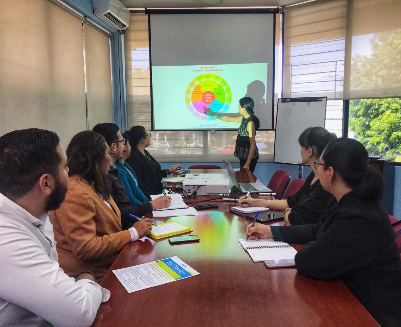 Sesión de trabajo entre miembros del Gurpo de Enfermería Basada en Evidencia