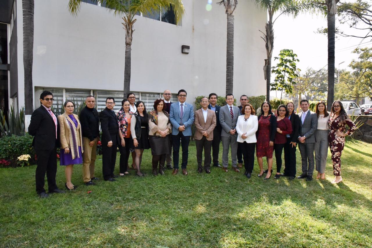 Foto grupal de los graduados junto con docentes, directivos y el rector