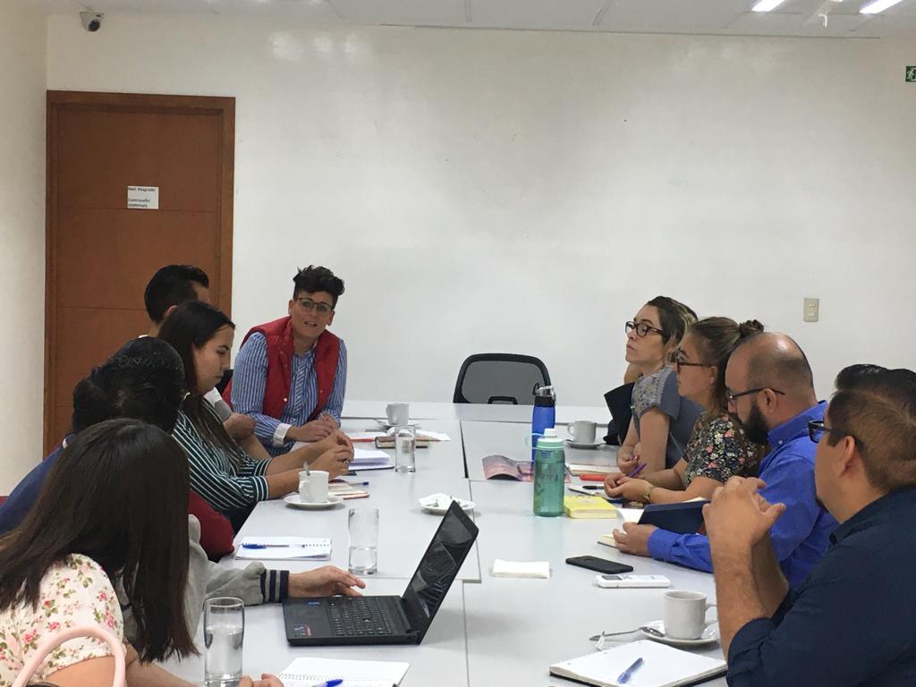 Reunión equipo de trabajo en sala de junta de la Tercera División