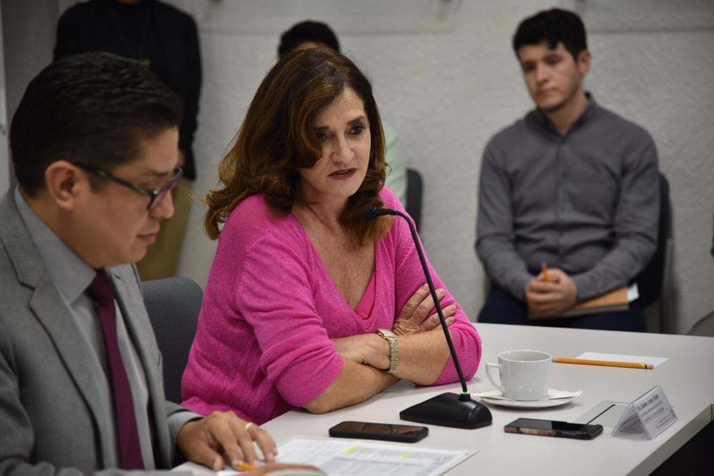 Dra. Saralyn López haciendo uso de la voz