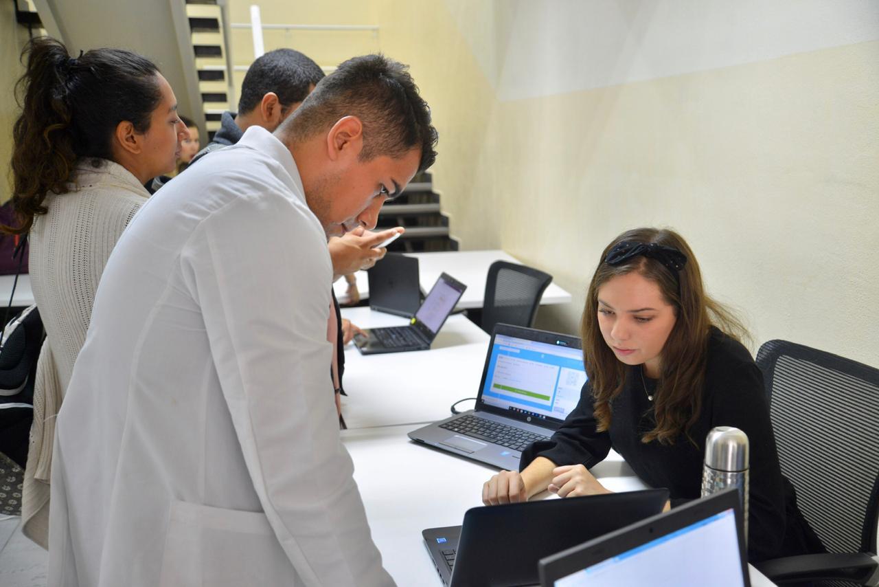Reclutadora de empresa dando información a postulante médico