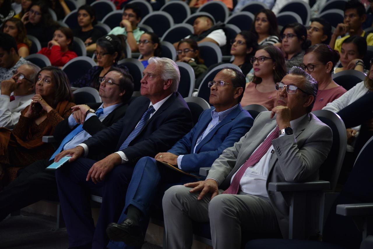 Directivos y docentes del CUCS escuchando la conferencia