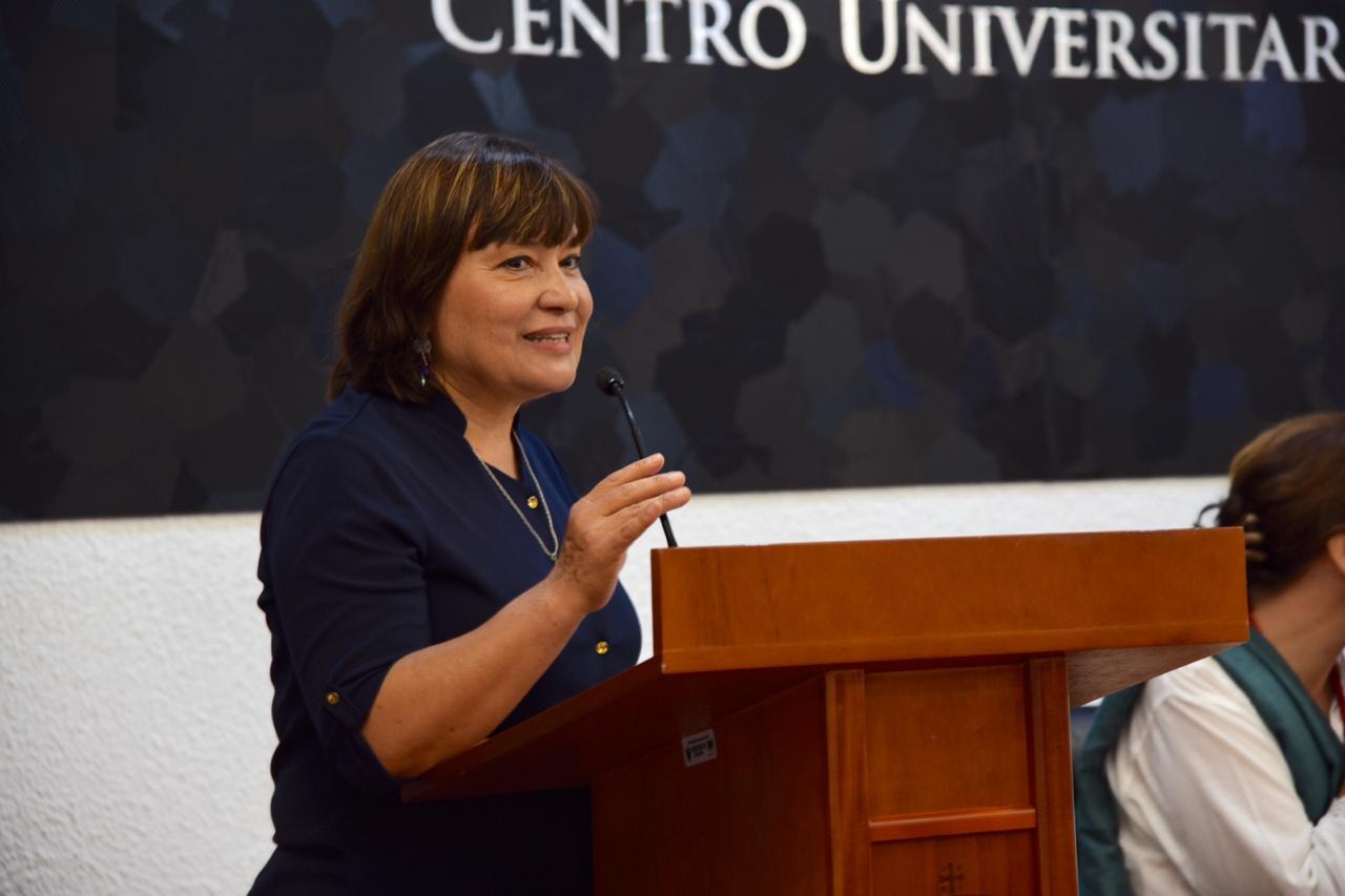 Presidenta Comité de Bioseguridad dando mensaje en pódium