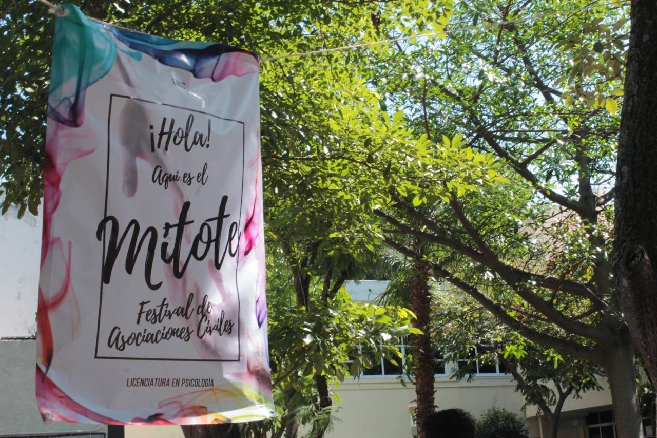 Manta colgada que dice el nombre de mitote en el Jardín Ágora