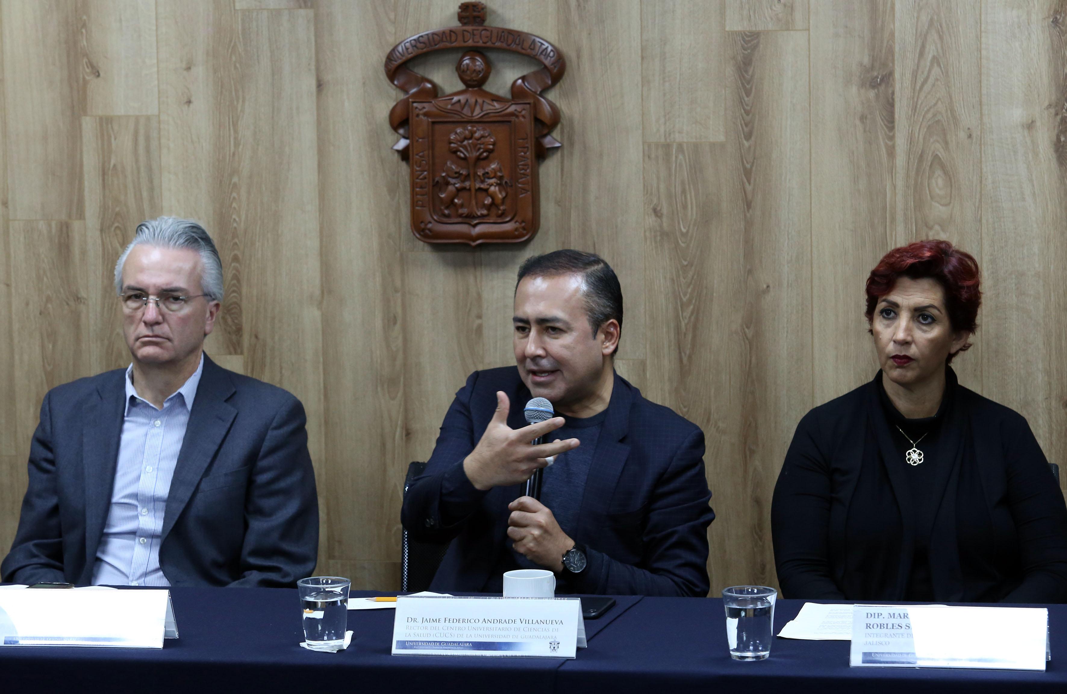 Rector del CUCS haciendo uso de la voz en rueda de prensa