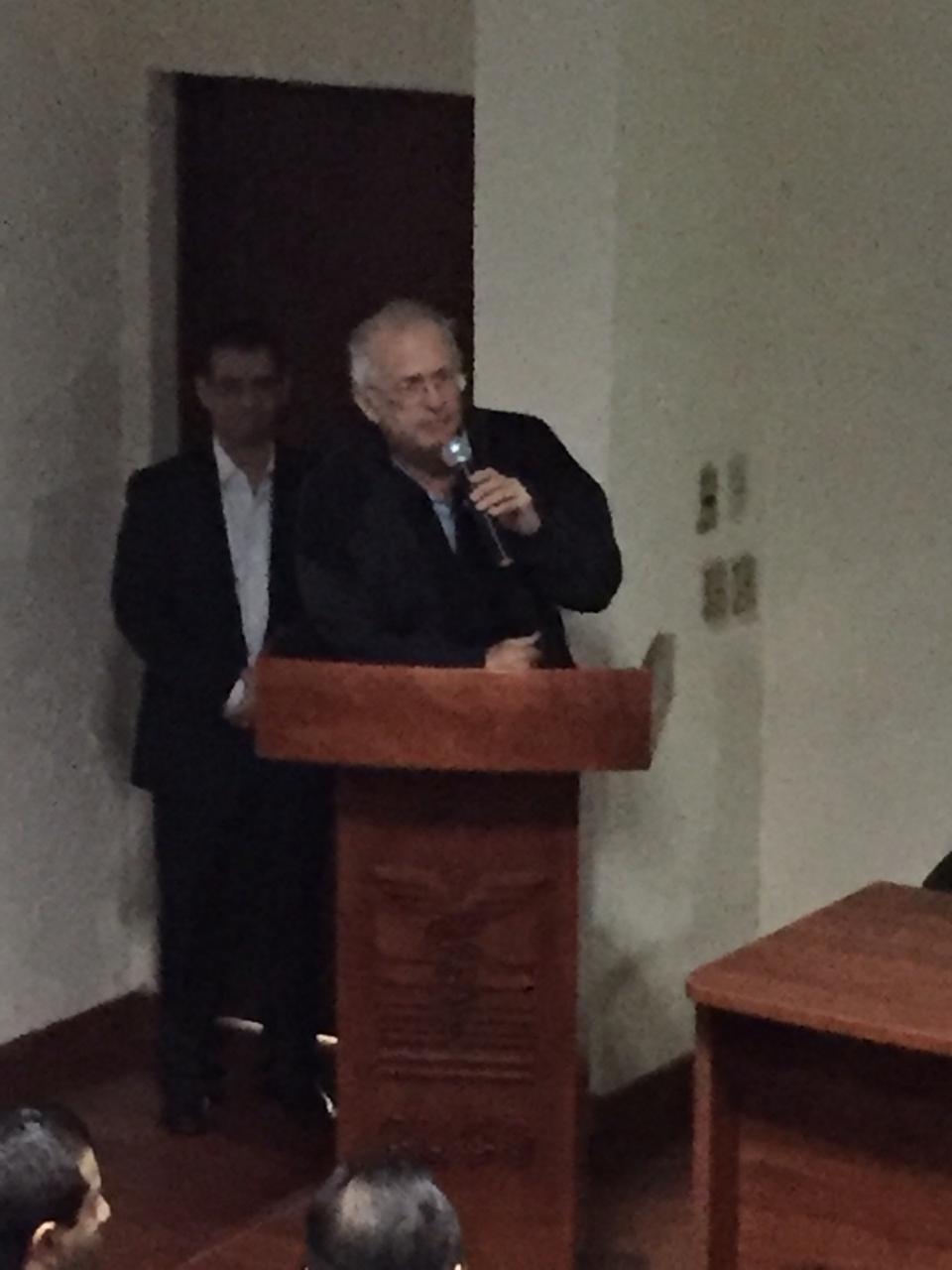 Dr. Alfredo Celis, director de la Tercera División del CUCS al micrófono