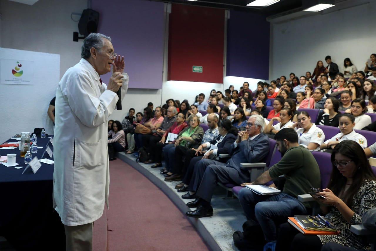 Dr. Javier García de Alba dictando conferencia
