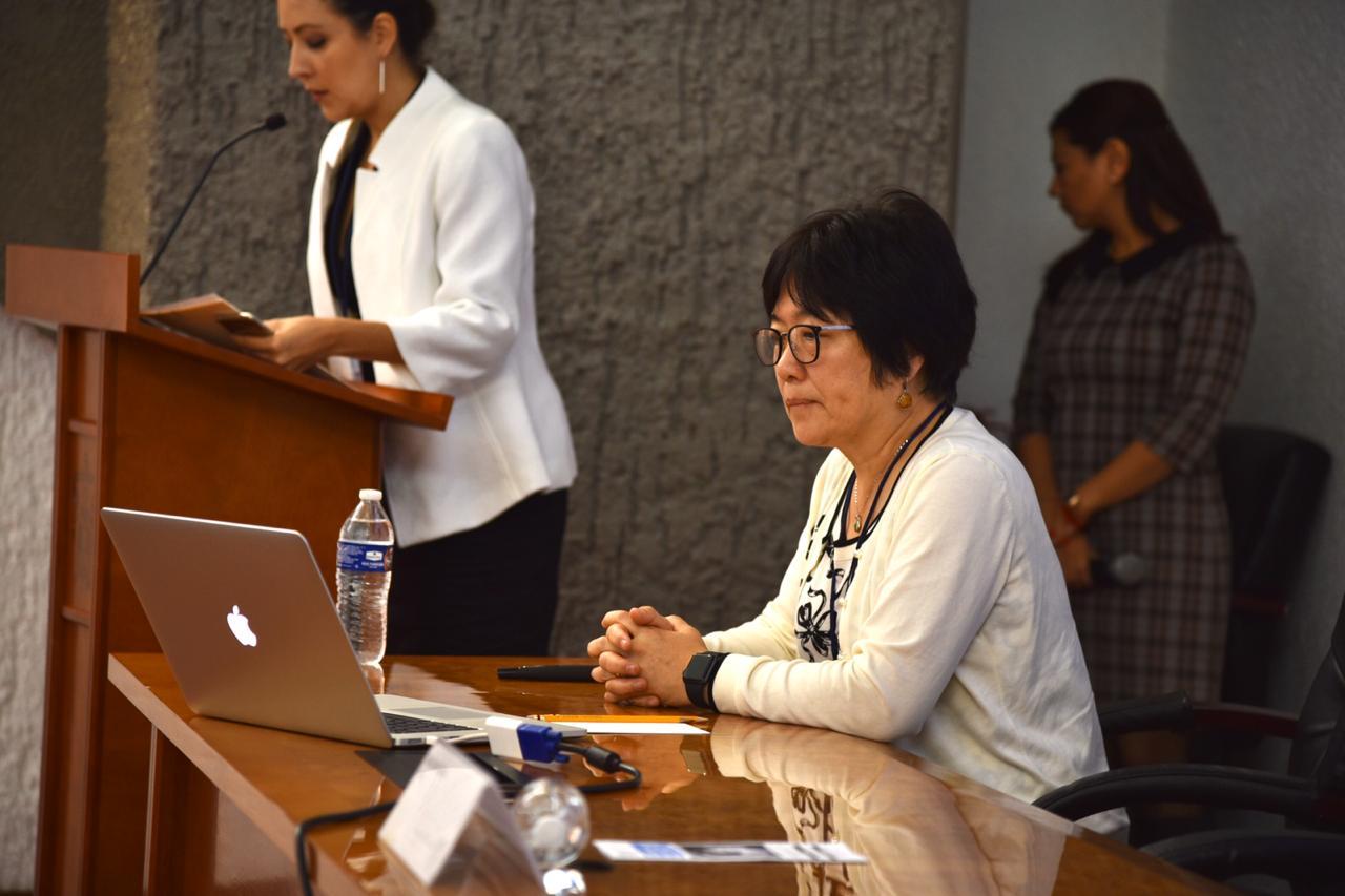 Conferencista magistral en la mesa del presídium