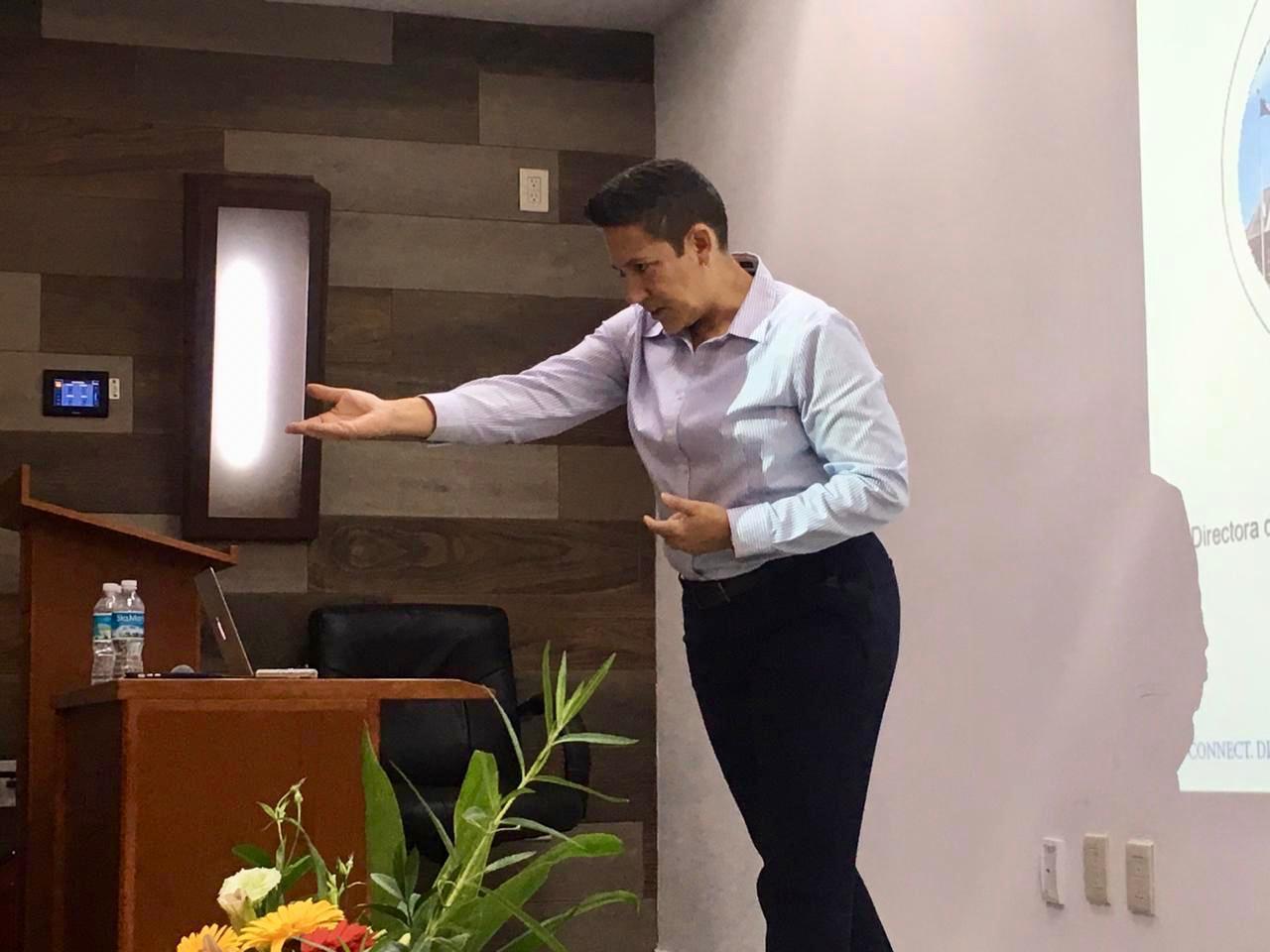 Dra. Maribel Gárate impartiendo conferencia pidiendo la participación de los presentes