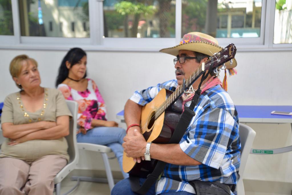 """El """"Juglar de los caminos"""" con su guitarra"""
