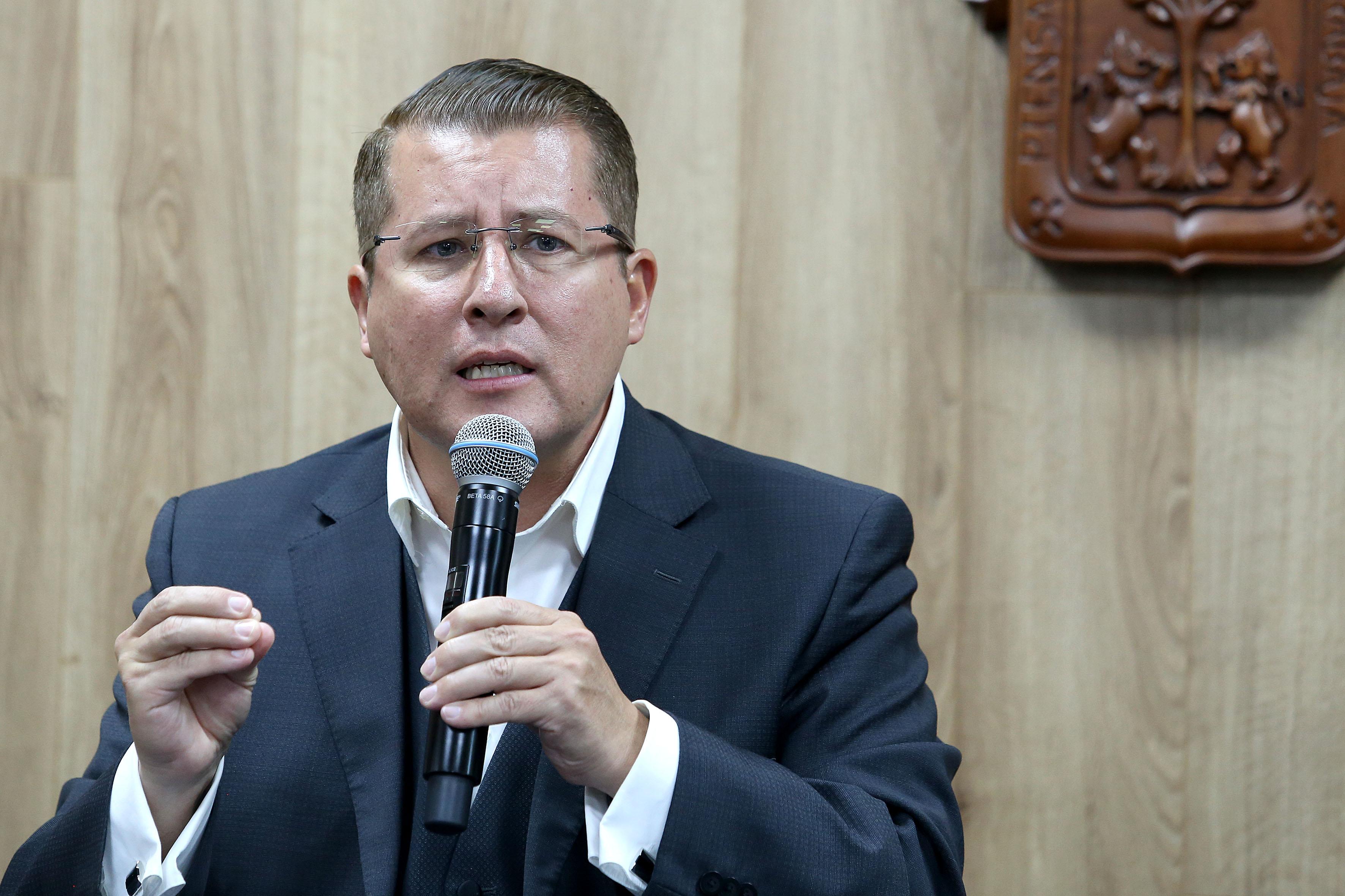 Dr. Dante Haro al micrófono en Rueda de Prensa, foto individual