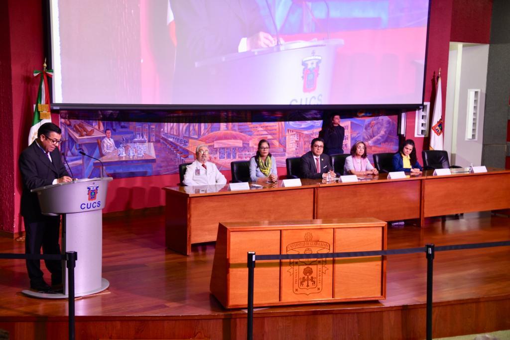 Rector CUCS en el pódium, al fondo los miembros del presídium