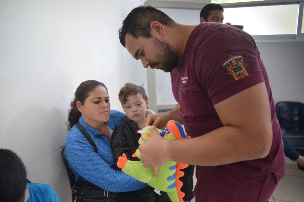 Alumno de especialidad capacitando a mamás en técnicas de cepillado