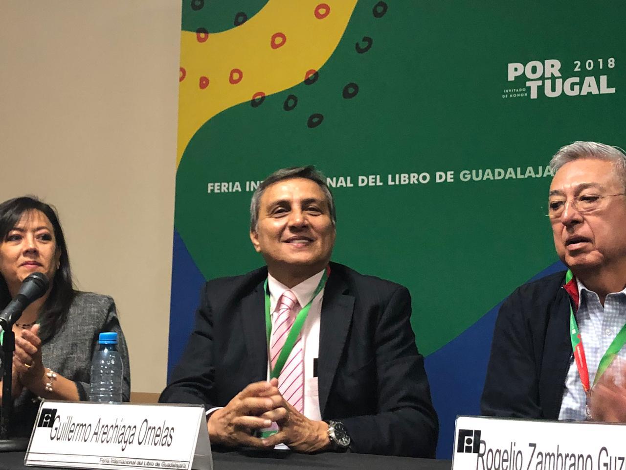 Dr. Guillermo Aréchiga sonriente al ser presentado por el maestro de ceremnias