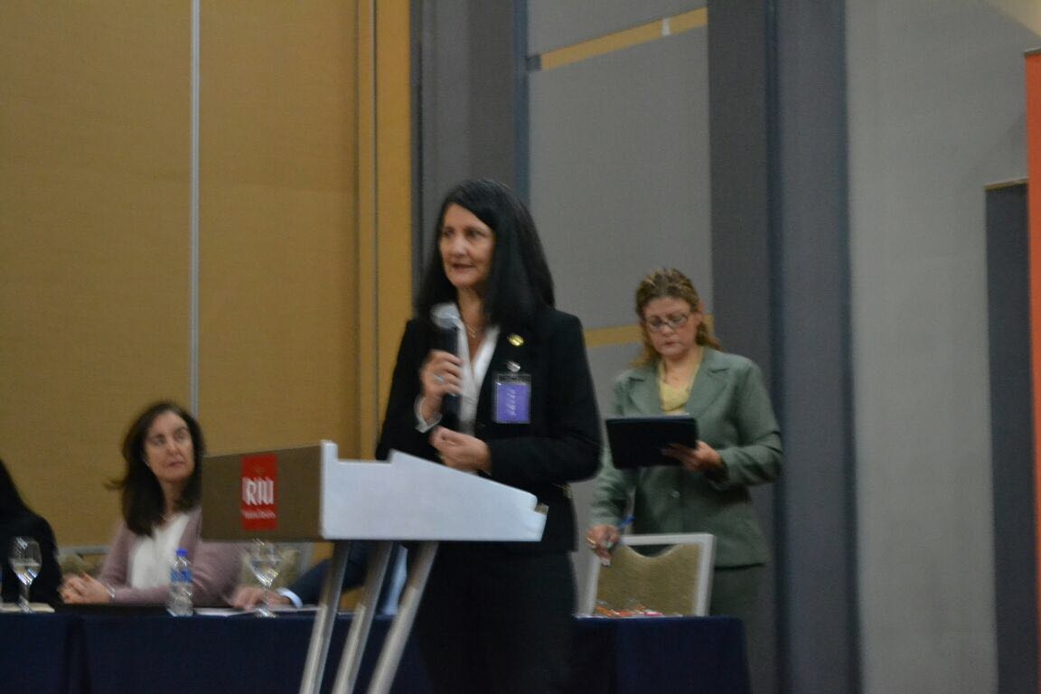 Dra Miguela Caniza, del St Jude Children's Research Hospital, dando discurso